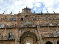 Восточный фасад площади занимает Королевский павильон с балконом, на котором чета монархов, когда бывала в Саламанке, могла смотреть на действия, разворачивающиеся ...