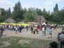 люди разворачивают Украинскый флаг