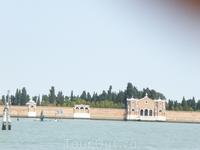 Остров крепасть сейчас там кладбище очень знаменитое и дарогое