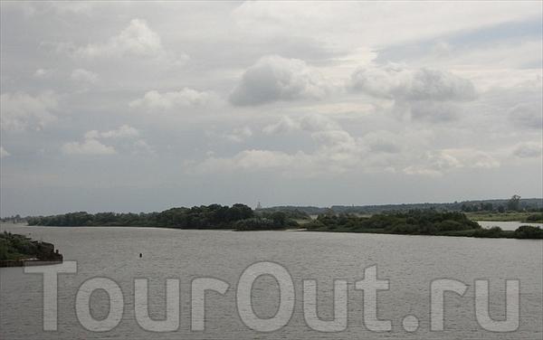 Волхов - единственная река, вытекающая из озера Ильмень.  Длина 224 км.По легенде о скифских князьях Словене и Русе...