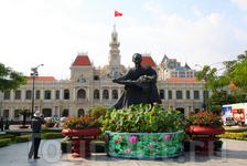 памятник Хо Ши Мину на фоне сайгонской ратуши