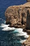 Смотря вниз на волны разбивающиеся о скалы, становится страшно, и только здесь понимаешь, насколько непреступная была эта крепость.