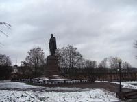 Памятник Кутузову стоит возле Соборного холма.