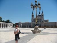 """У королевского дворца на фоне Кафедрального собора """"Ла-Альмудена"""""""