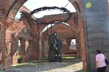 Мемориал Защитникам крепости. И годы спустя они стоят рядом, плечом к плечу.