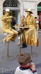 ...но как только «турист пошёл», живые скульптуры тут же занимают рабочую позицию. А вот если положить им на столик евро – сами увидите, что будет :)