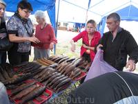 Местные рыбаки, которые продавали копченую рыбу (и часть туристов покупающих эту продукцию)