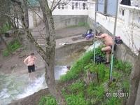 Купающиеся в сероводородном источнике - ниже смотровой площадки у Провала; довольно прохладно, а люди сидят там часами...; раньше-то купались прямо в озере ...