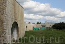 Свежеотстроенная стена на территории Ладожской крепости