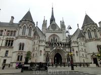 В 1882 году королева Виктория торжественно открыла Королевский суд с его лабиринтом из тридцати пяти коридоров общей протяжённостью почти три мили. В коридоры ...
