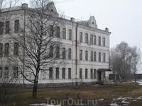 Здание Присутственных мест екатерининских времен. В настоящее время здесь располагается Белозерский педагогический колледж.