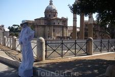 Рим. Вдали церковь  Санти Лука э Мартини.
