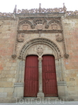 Мы пошли дальше осматривать исторические университетские здания. Судя по табличкам раньше за этой красной дверью и резным порталом находился университетский госпиталь, сейчас здесь расположился ректор