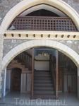 пожалуй самый известный и самый богатый монастырь острова - Киккос монастырь. Монастырь находится на высоте 1318 метров над уровнем моря. Именно там в 1926 году начал своё церковное восхождение Макари