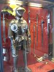 И снова доспехи и оружие рядом. Оружие в палате представлено довольно старое, начиная с века XV, впрочем было и несколько совсем древних мечей викингов ...