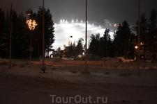 Лыжный склон освещается до глубокой ночи.