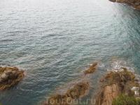 Вода даже в пасмурную погоду насыщенного изумрудного цвета. Красота...
