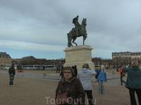 2009г.  Памятник  на  площаде  перед  ВЕРСАЛЕМ !