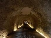 Проход под северной частью Цирка дает представление о том, как были построены его своды. Знаменитый римский бетон прочно держал камни, которые должны были ...