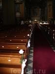 зашли в церковь, а там подготовка к свадьбе. Жених волнуется, священник, цветы...