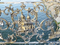 В орнаментах перил использованы символы Баку и Астрахани - Девичья башня и Астраханский кремль.