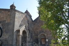 Монастырь Сагмосаванк В монастырской ограде, на прилегающем к нему кладбище, а также внутри самого комплекса сохранилось множество надгробий, некоторые ...