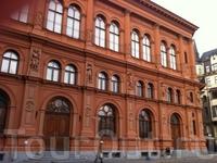 Рижская Фондовая Биржа - напоминает роскошный венецианский дворец эпохи Ренессанса, выделяется на фоне архитектуры Средневековой Риги. В настоящее время ...