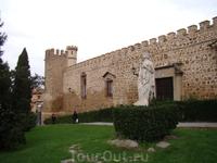 Толедо. Дворец ла Кава и статуя королевы Изабель Католической
