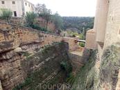 Как и каждый уважающий себя замок, Алькасар окружен довольно глубоким рвом. Чтоб попасть в замок мы проходим по подвесному мостику над рвом.