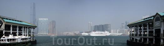 Вид на Гонконг от морского вокзальчика на Central...
