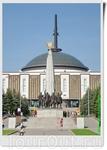 На выходе из музея, с другой его стороны, мы попадаем на Аллею Партизан. В самом центре одной из самых красивых аллей парка Победы разместился Монумент ...