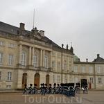 Смена караула в королевском дворце.
