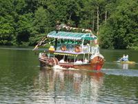 по верхнему озеру можно покататься на таком кораблике, или на небольших весельных лодках и катамаранах