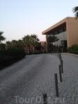 Архитектура отеля дышит минимализмом и не диссонирует с окружающей буйной растительностью.