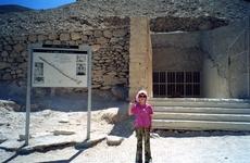 В долине Царей у входа в пирамиду (пирамиды высечены в скалах)