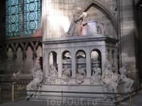 Это богатое надгробие есть Людовик XII и Анны Бретонской изображены мертвыми с разлагающейся плотью,лежащими внутри гробницы из каррарского мрамора,а так ...