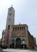 Мы направлялись к историческому центру города, по дороге присматривая где бы пообедать. Неожиданно наткнулись на вот эту церковь, стоящую посреди жилого квартала, напоминающего наши хрущевки.