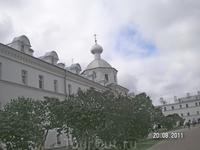 Церкви по периметру монастыря