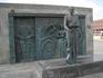 Памятник Высоцкому рядом с Дворцом спорта, где опальному барду разрешили в кои веков провести свой сольник