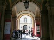 Южную сторону площади занимает Королевский дворец (Палаццо Реале), последовательно строившийся и перестраивавшийся с XIII века. Дворец пострадал от бомбёжек ...