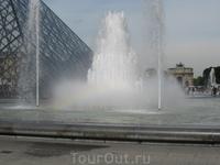 Радуга в фонтане около Лувра