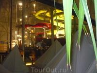 Вот в таких палатках можно ночевать.Стоит  40 евро на сутки-дают спальные мешки и прочие атрибуты.Много молодёжи,родителей с детьми.