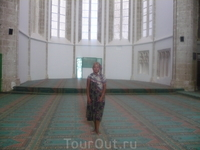 так как мечеть действующая внутри ее надо иметь соответствующий внешний вид.Юбки и платок выдают при входе
