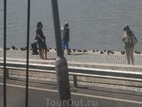 На берегу Дуная памятник жертвам  Холокоста