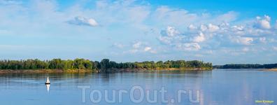 Бакены удивительным образом вписываются в речные ландшафты. Они добавляют яркости и выразительности сине-зеленым пейзажам.