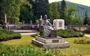 Скульптура в саду.