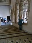 Мы спускаемся вниз по центральной лестнице. Здесь потрясающей красоты окна, огромные, оформленные в стиле мудехар.