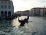 Лодки-гандолы. Очень романтично выглядат. Придают городу особый калорит сказочности. В ранние времена они все были выкрашены в разные насыщенные цвета ...