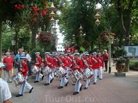 Маленькая королевская процессия встретила нас в парке