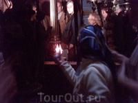 Здесь моя спутница зажгла и погасила свечи, тем самым, освятив их.